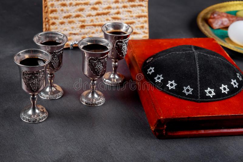 Matzot και τέσσερα σύμβολα κόκκινου κρασιού γυαλιών Passover στοκ εικόνες με δικαίωμα ελεύθερης χρήσης
