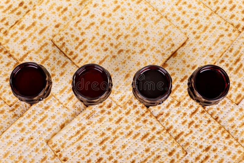Matzot τέσσερα γυαλιά των συμβόλων κόκκινου κρασιού Passover στοκ εικόνες