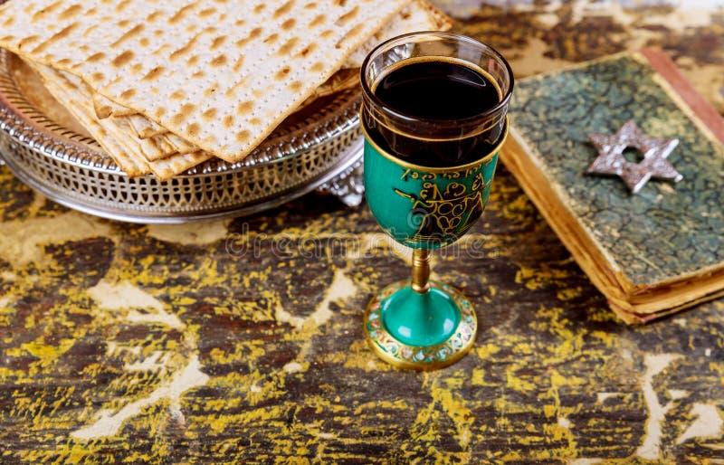 Matzot и символы красного вина стекел еврейской пасхи стоковые фотографии rf