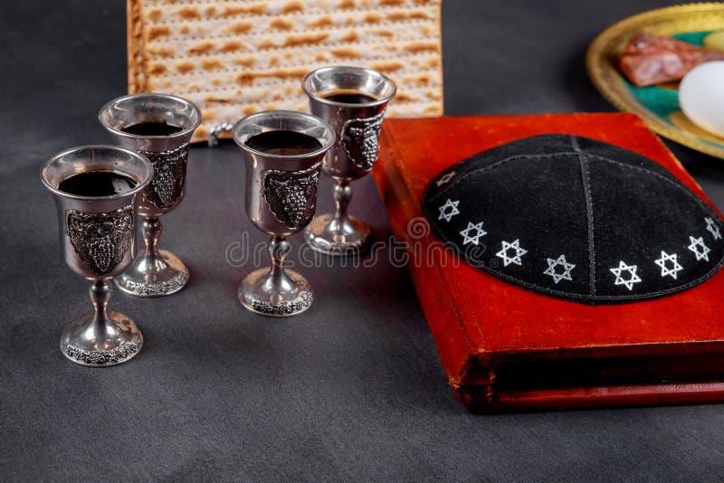 Matzot i cztery szkła czerwonego wina symbolu Passover obrazy royalty free