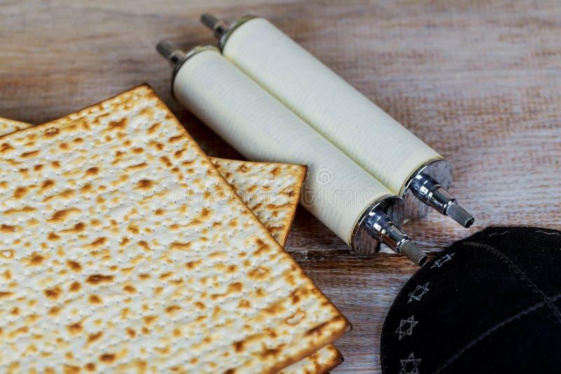 Matzot y vino rojo - símbolos de la pascua judía imagen de archivo