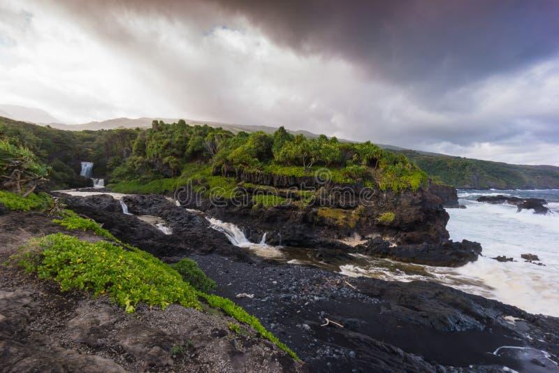 Maui, Hawaii, Küstenlinie und Wasserfall stockfoto