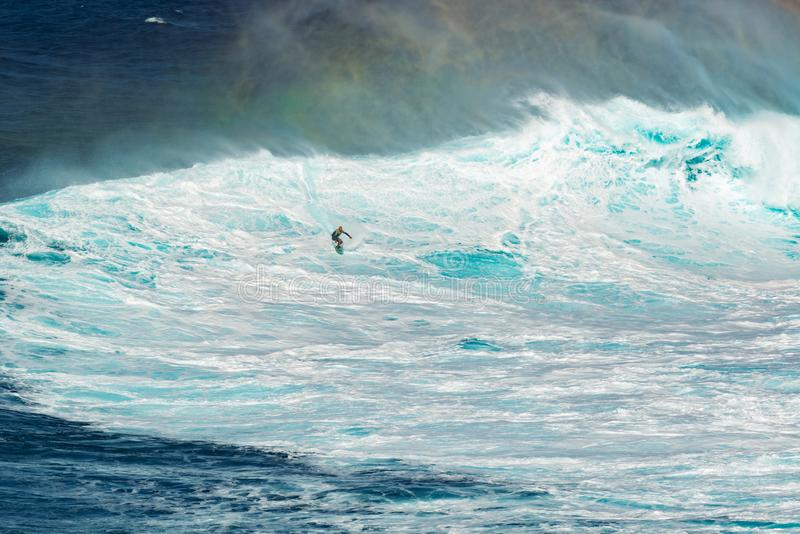 MAUI HAWAII, USA - DECEMBER 15, 2013: Den okända surfaren rider royaltyfri bild