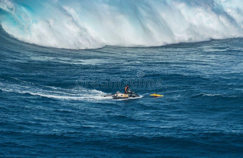 MAUI, HAWAII, USA - 15. DEZEMBER 2013: jetski Fahrer holt eine SU lizenzfreie stockfotos