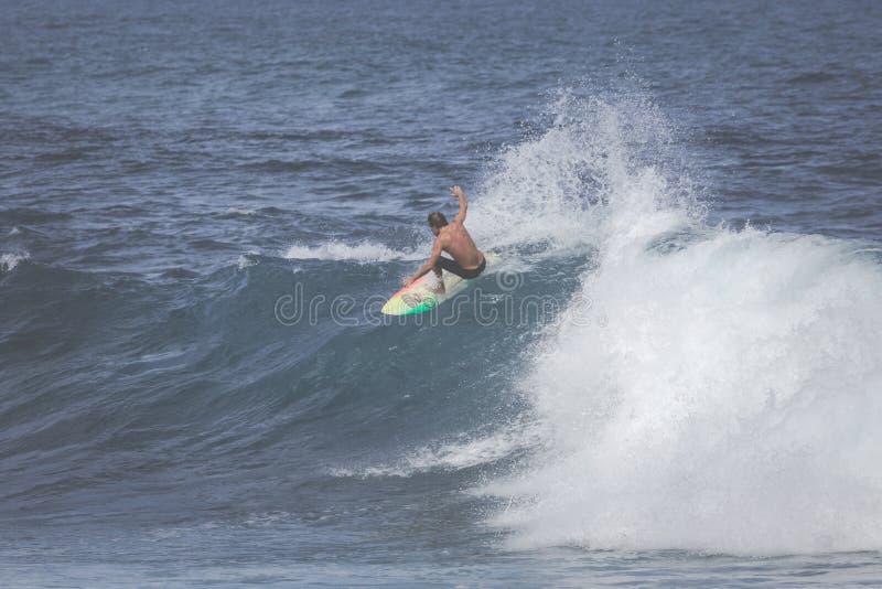 MAUI, HI - 10 DE MARZO DE 2015: La persona que practica surf profesional monta un wav gigante foto de archivo libre de regalías