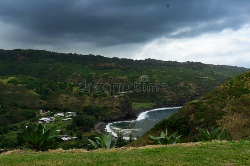Maui negligencia de uma praia preta da areia foto de stock royalty free