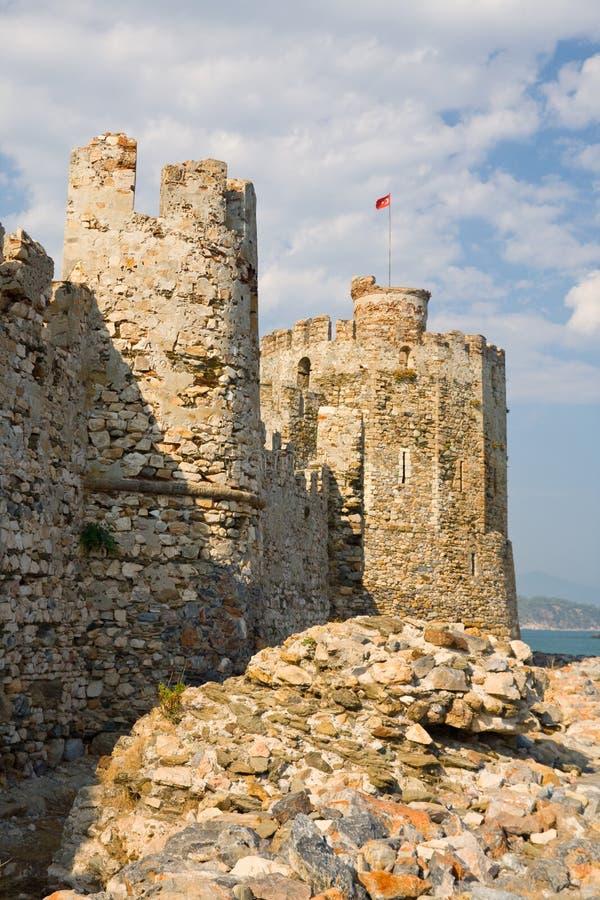 Maumere fästning och hav nära Anamur, Turkiet royaltyfri foto