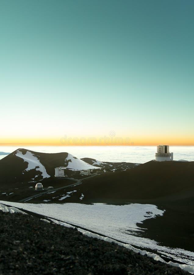 Maunakea observatorier på skymning royaltyfri foto