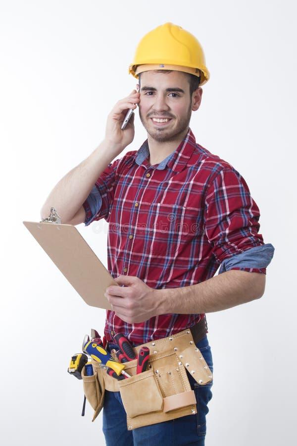 Maurer oder Bauarbeiter lokalisiert mit Handy stockfotografie