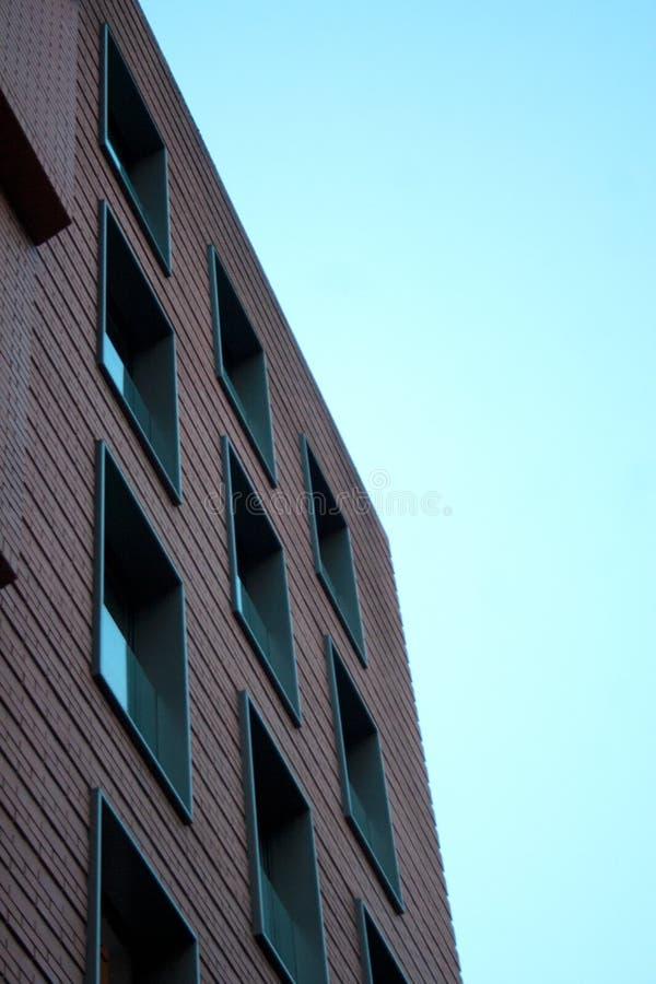 Maurerarbeitgebäude-Fassadendetail mit quadratischen Fenstern stockbilder