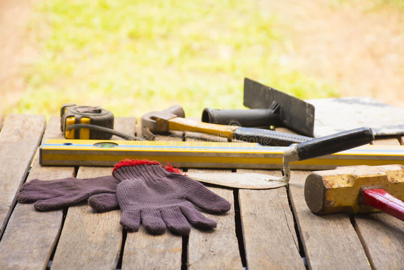 Maurerarbeitwerkzeughintergrund wie Handschuh und Maßband und Vorschlaghammer mit Kelle und Niveau und usw. Hintergrundhandwerker lizenzfreie stockfotografie