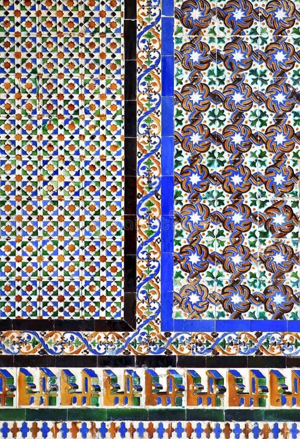 Maurische fliesen auf einer wand im alcazar von sevilla spanien stockfoto bild von blau - Fliesen auf fliesen wand ...