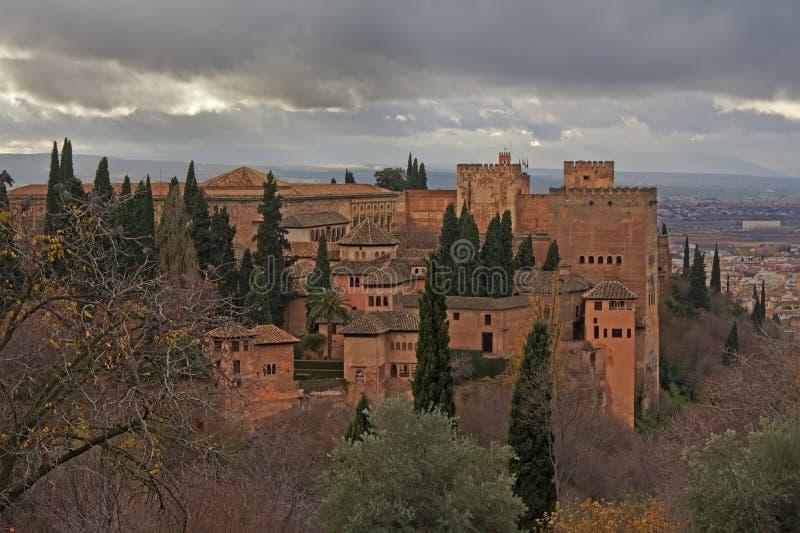 Maurisches Schloss Alhambras mit Stadt von Granada-beloz stockbild