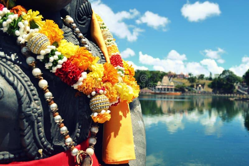 mauritius Estatua que lleva un collar de la flor foto de archivo