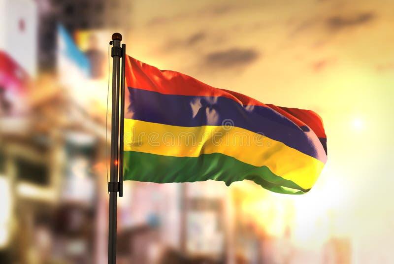 Mauritius flaga Przeciw miasta Zamazanemu tłu Przy wschodem słońca Backli obrazy royalty free
