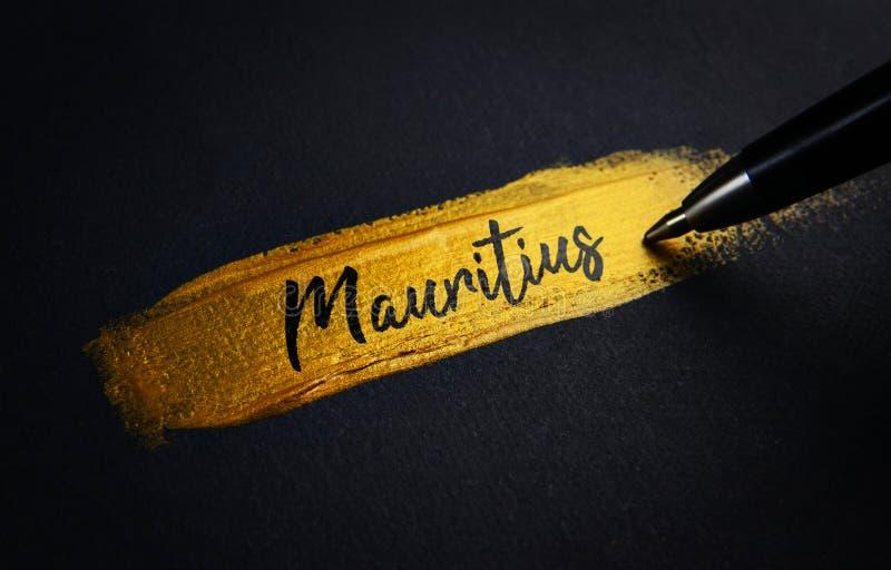 Mauritius Handwriting Text no curso dourado da escova de pintura foto de stock royalty free