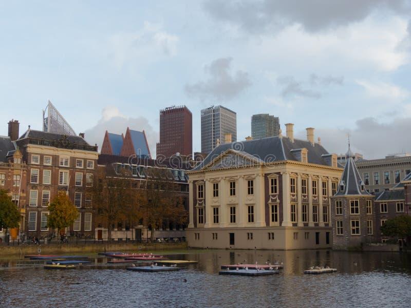 Mauritshuis Binnenhof budynków muzealnego historycznego iand nowożytni drapacze chmur Haga w tle zdjęcie stock