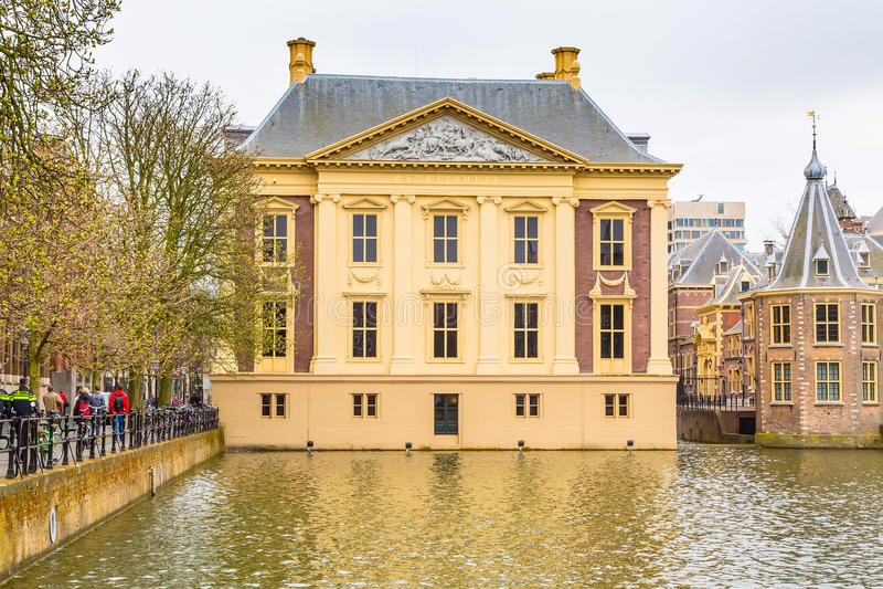 Mauritshuis en konstmusem av holländska guldåldermålningar i Hague, Nederländerna fotografering för bildbyråer