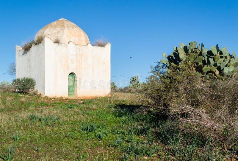Mausolée blanc avec le dôme et l'architecture islamique photo stock