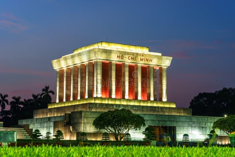 Mausoléu de Ho Chi Minh na cidade de Hanoi na noite fotografia de stock