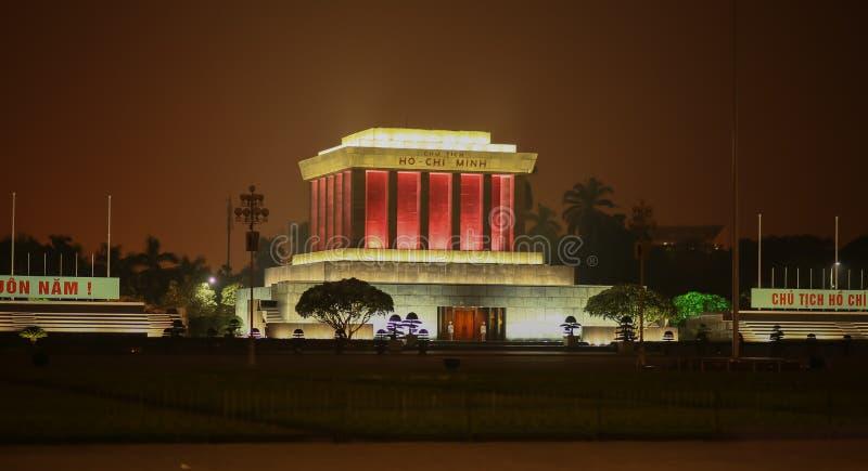 Mausoleet av Ho Chi Minh på natten i staden av Hanoi vietnam royaltyfria bilder