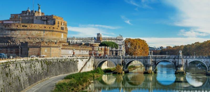 Mausoleet av sikten för dag för Hadrian Castel Sant ` Angelo och för Tiber flod den sceniska i Rome, huvudstad av Italien royaltyfria bilder