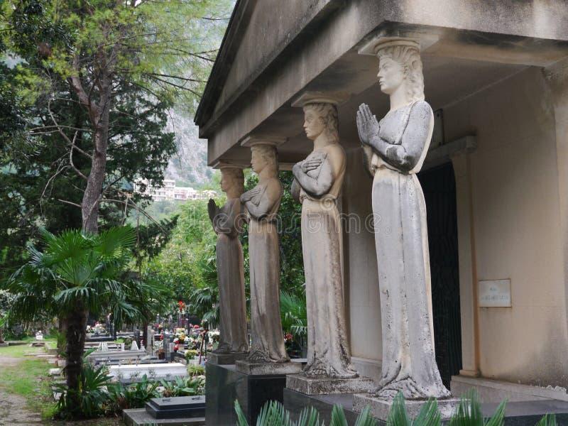 Mausoleo con quattro cariatidi in Cattaro, Montenegro immagine stock