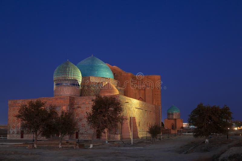 Mausoleo de Khoja Ahmed Yasawi en el crepúsculo en Turkestan, Kazajistán imágenes de archivo libres de regalías