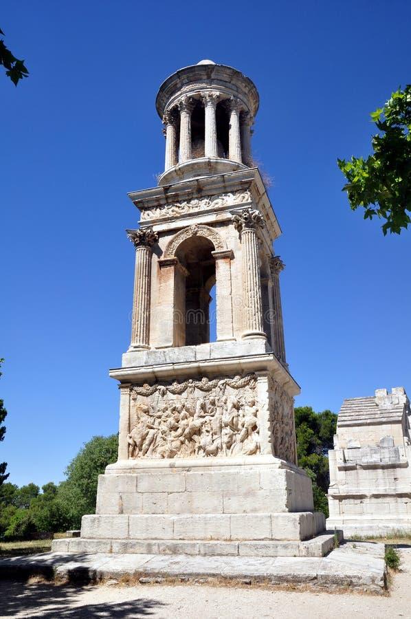 Mausoleo del Julii en las ruinas romanas de Glanum fotos de archivo