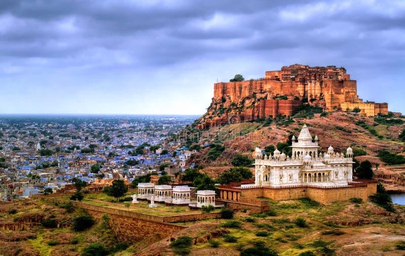 Mausoleo della fortificazione e di Jaswant Thada di Mehrangharh a Jodhpur, Rajasth fotografia stock libera da diritti