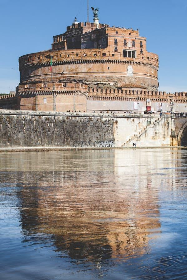 Mausoleo di Hadrian e della riflessione sul fiume del Tevere a Roma, Italia fotografia stock