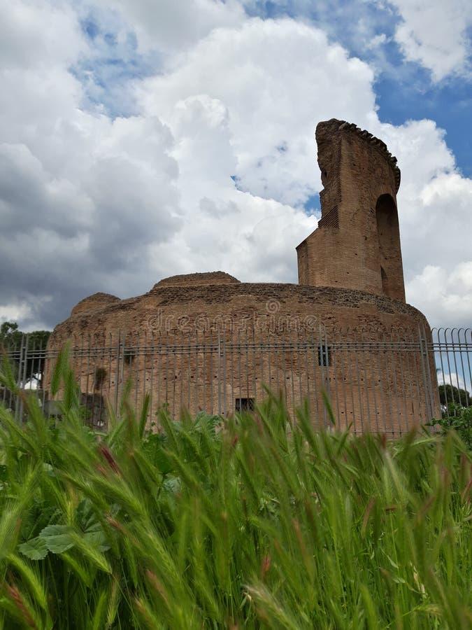 Mausoleo di Santa Elena a Villa De Sanctis a Roma, Italia Panorama con le orecchie ed il cielo blu fotografia stock