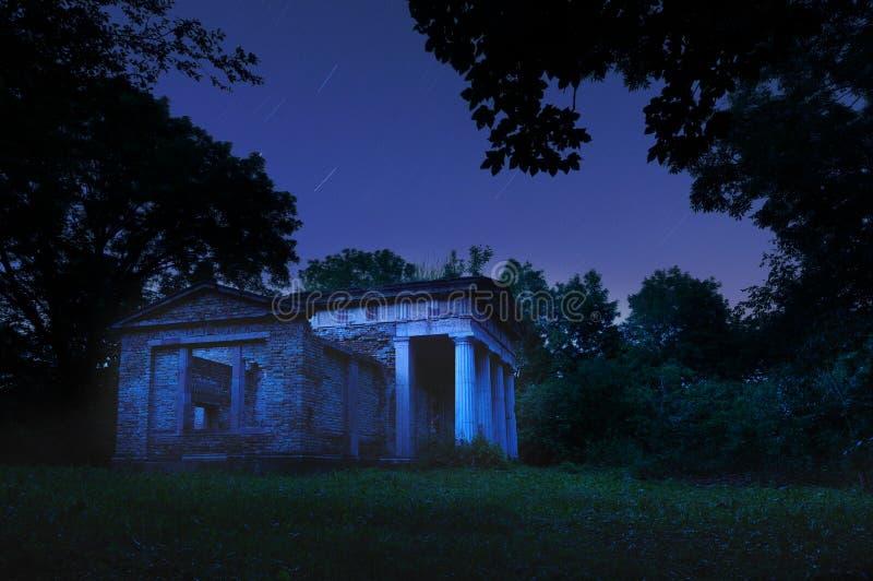 Mausoleo en la noche fotografía de archivo libre de regalías
