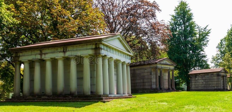 Mausoleos de Pittsburgh, Pennsylvania, los E.E.U.U. 7/25/2019 en el cementerio de Homewood en la vecindad de la brisa del punto foto de archivo libre de regalías