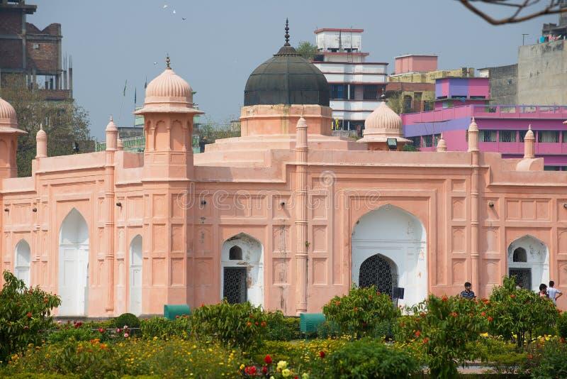 Mausoleum av Bibipari med bostadsbyggnader i bakgrunden i Lalbagh fort i Dhaka, Bangladesh royaltyfri bild
