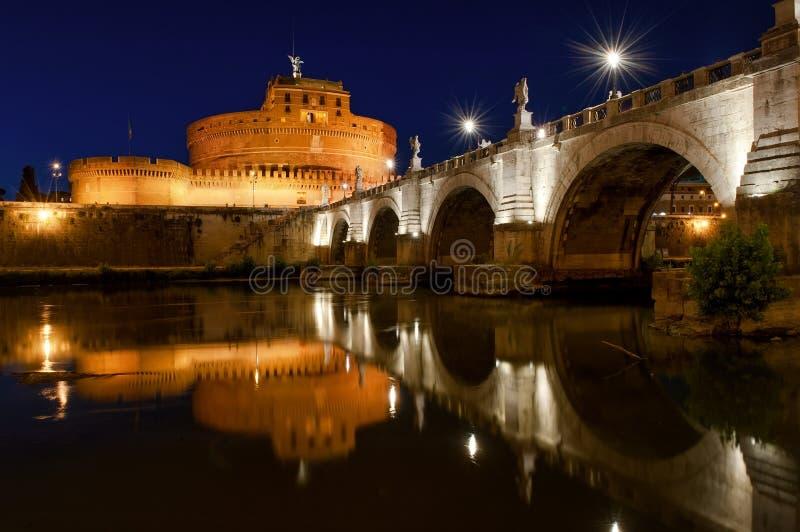 Mausoleum av Hadrian som vanligt är bekant som slott av den heliga ängeln (Castel Sant Angelo) på natten, Rome, Italien royaltyfri fotografi
