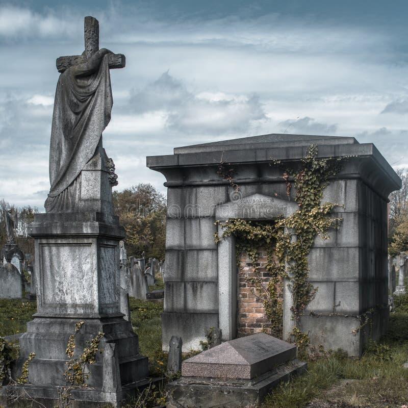 Mausoleum i kyrkog?rden arkivbild