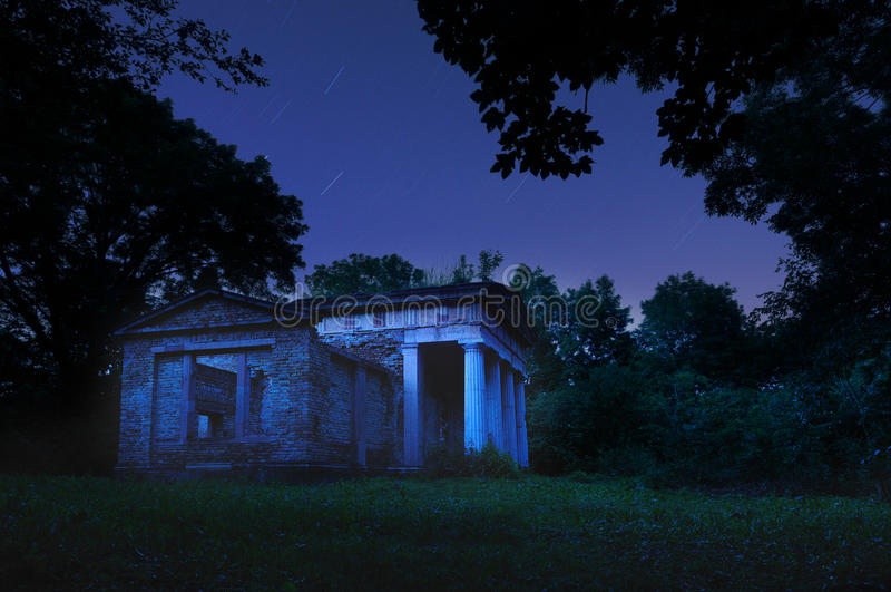 Mausoleum i natten royaltyfri fotografi