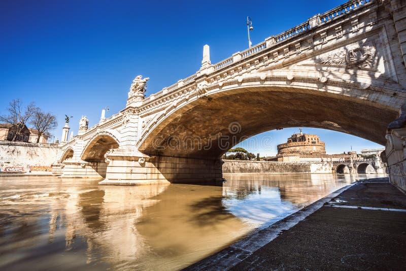 Mausoleum van Hadrian en brug op Tiber-rivier in Rome, Italië stock foto's