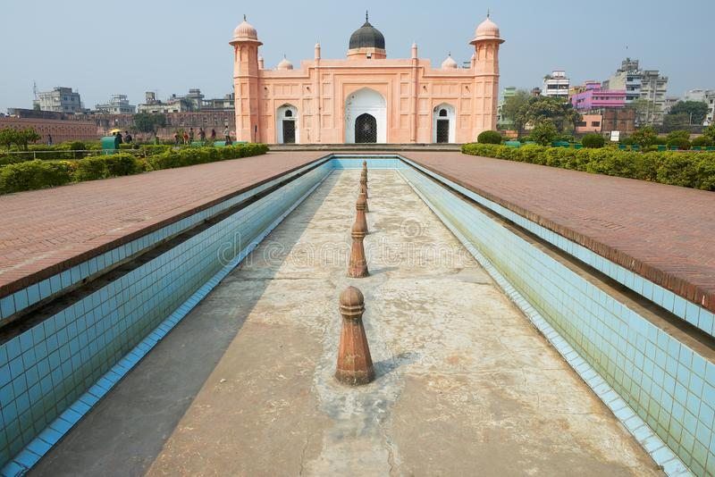 Mausoleum von Bibipari mit Trockenbrunnen in Lalbagh Fort, Dhaka, Bangladesch lizenzfreies stockfoto