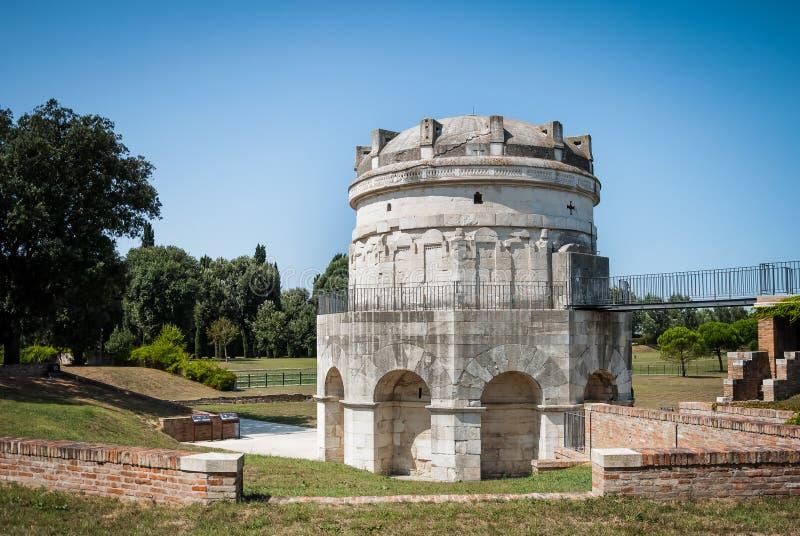 Mausoleum von Theodoric das große in Ravenna, Italien gegen klaren blauen Himmel und Grün lizenzfreie stockbilder