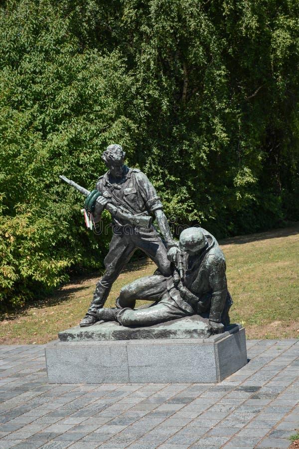 Mauthausen Österrike; 07/26/2015: Esculpture av två soldater i krig royaltyfria bilder