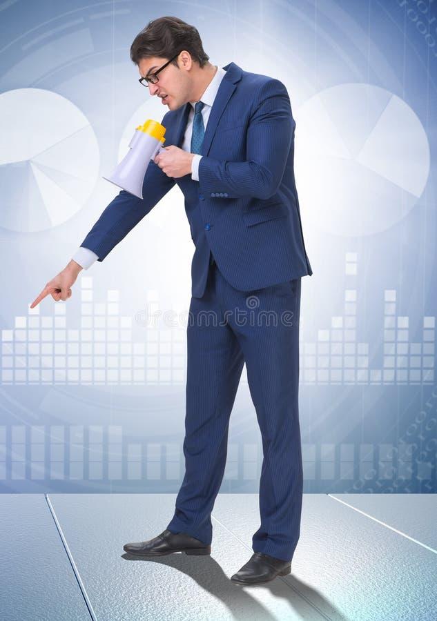 Mauvais patron f?ch? criant ? l'employ? avec le haut-parleur photo stock