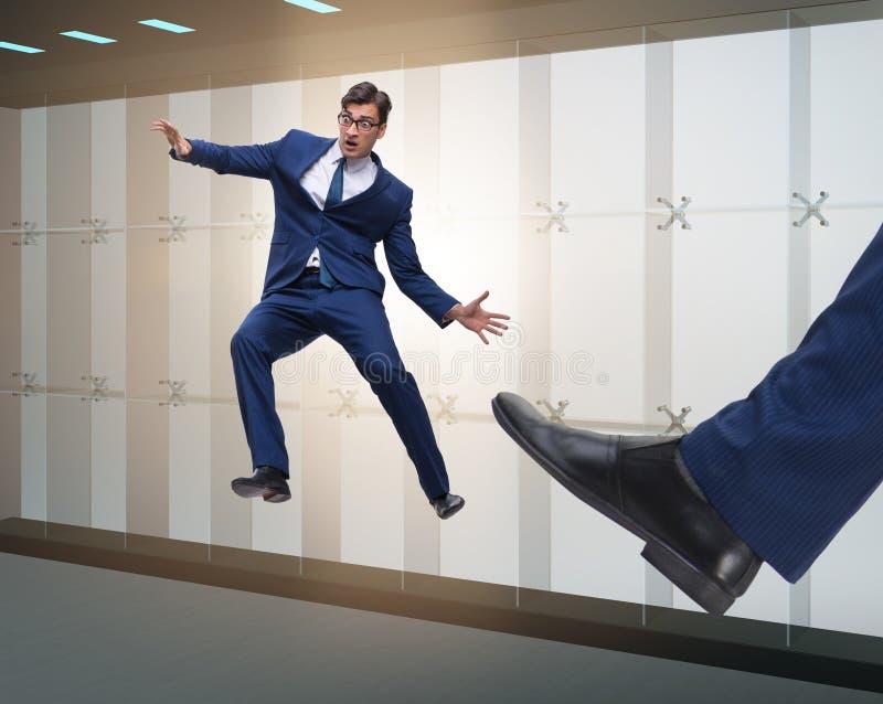 Mauvais patron f?ch? donnant un coup de pied l'employ? dans le concept d'affaires images stock