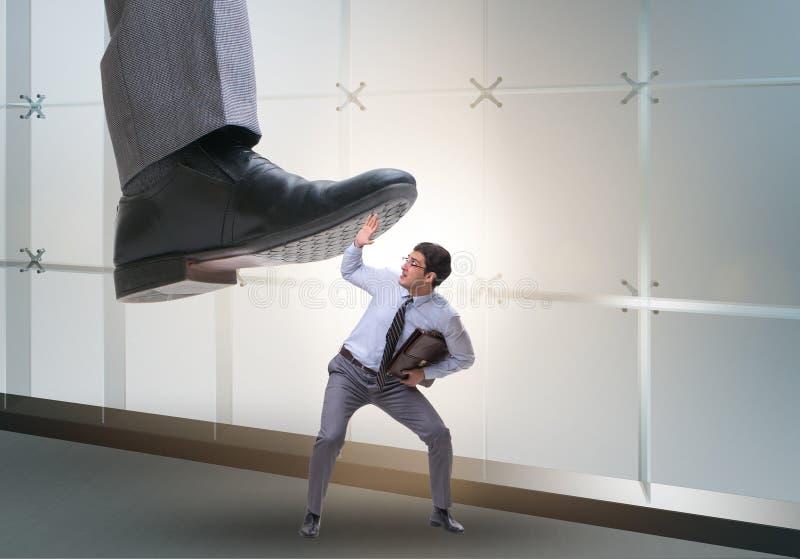 Mauvais patron f?ch? emboutissant sur l'employ? dans le concept d'affaires images stock