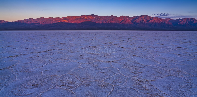 Mauvais paysage de bassin de l'eau au coucher du soleil, parc national de Death Valley images stock