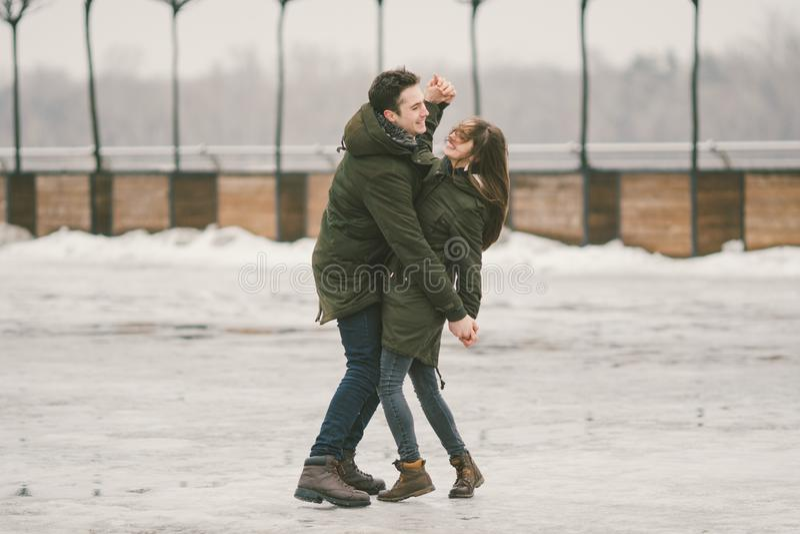 Mauvais temps de thème en hiver, dégelant au printemps, travail pauvre de déblaiement de neige pour des utilités urbaines Danger  photo libre de droits
