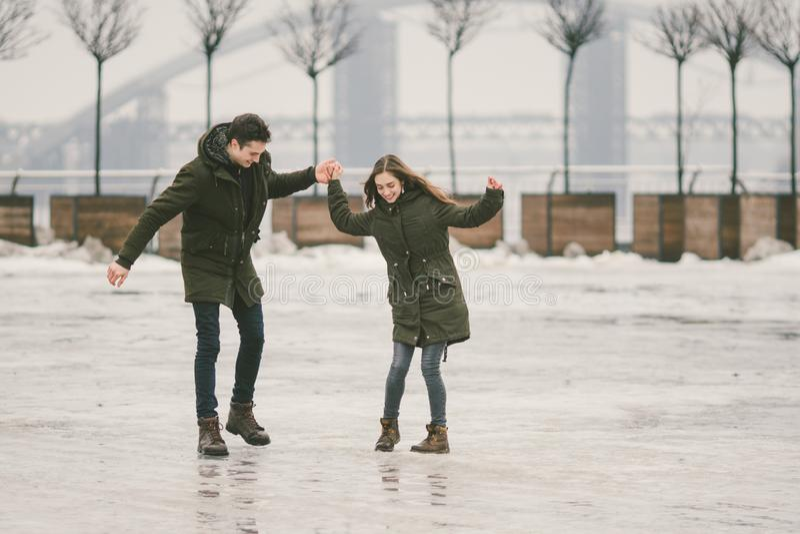 Mauvais temps de thème en hiver, dégelant au printemps, travail pauvre de déblaiement de neige pour des utilités urbaines Danger  image libre de droits
