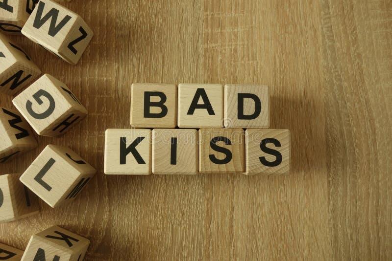 Mauvais texte de baiser des blocs en bois image stock