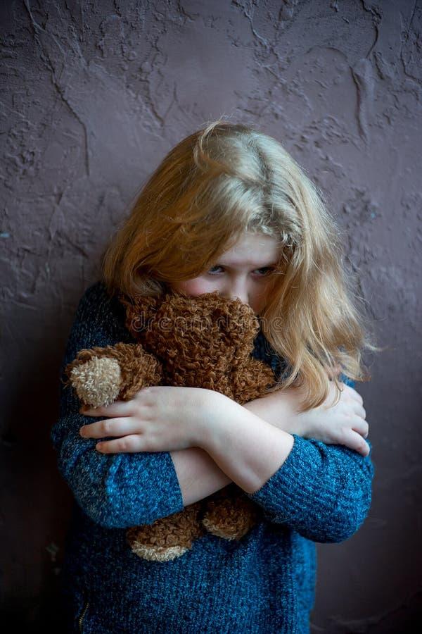 Mauvais traitement à enfant à la maison photos libres de droits